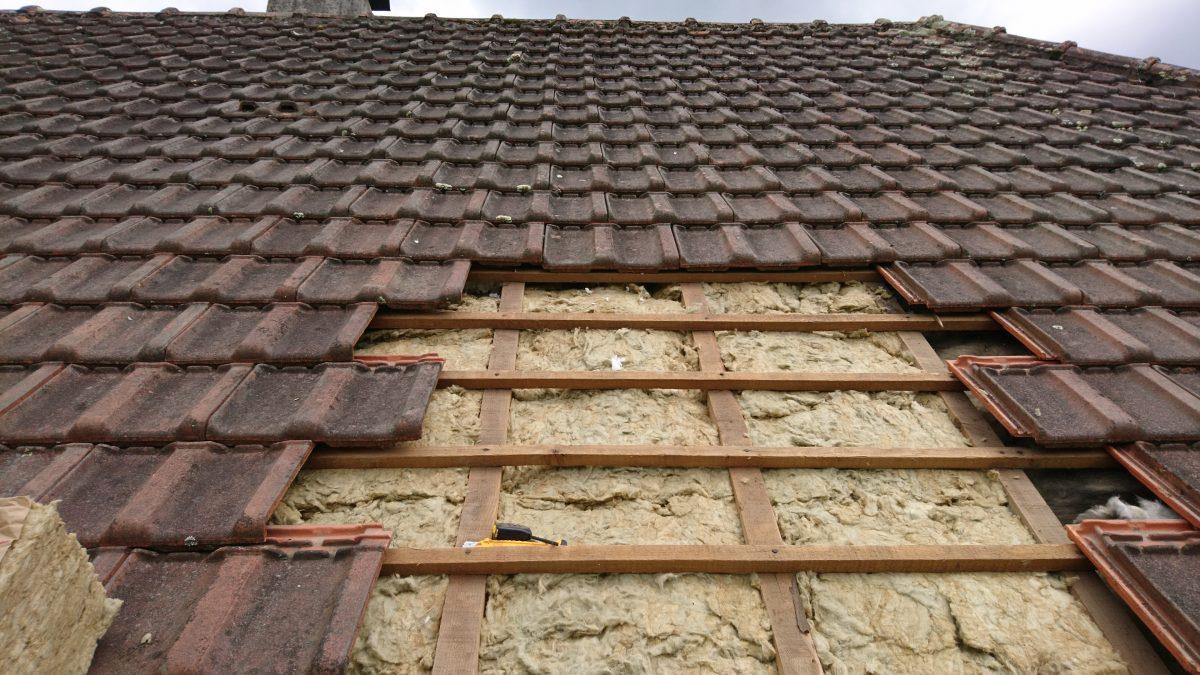 Isolation des rampants de toiture par pose de panneaux semi-rigides en laine de roche sur une ...